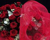 Bouquet de roses rouges emballé dans notre tissus