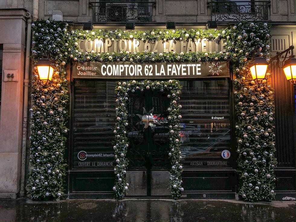 Fleurs de prestige - Décoration de noël d'un magasin avec du sapin, des lumières et des boules argentées