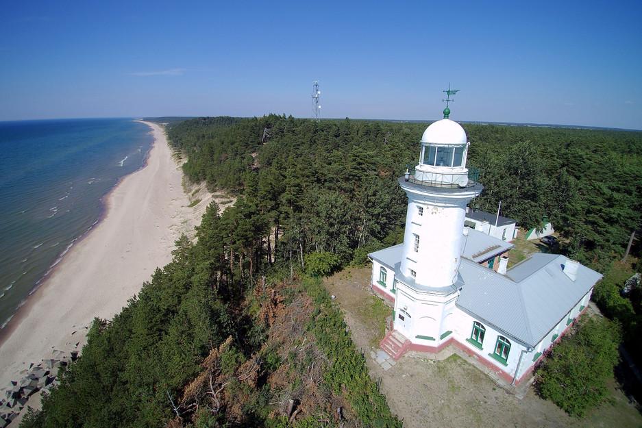 Der Leuchtturm von Užava steht etwas fragil an der lettischen Ostseeküste