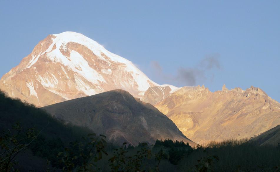 Fast wolkenfrei: Der Kasbek im großen Kaukasus misst 5054 Meter