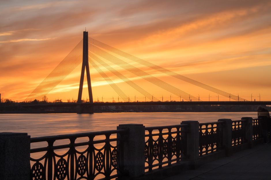 Die Vanšu-Brücke überspannt die breite Daugava in Riga