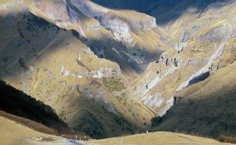 Kinnlade unten: Im großen Kaukasus bei Stefantsminda