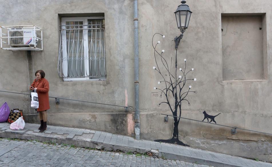 Die Katze auf dem Geländer in der Alststadt von Tiflis