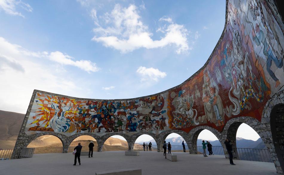 """Relikt aus der Sowjetzeit: Das Denkmal zur 200 Jährigen georgisch-russischen """"Freundschaft""""/Georgische Heerstraße"""