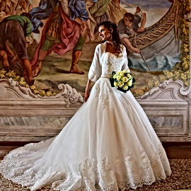 Si vestì dell'abito da sposa, come un fi