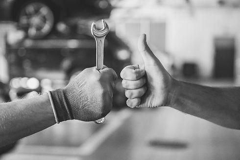 mechanic-customer-thumb-up-bw-min.jpg