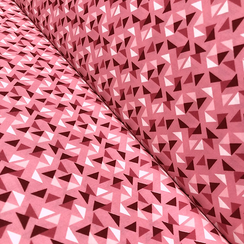 Pinker Baumwollstoff mit Dreiecken, auf der Rolle
