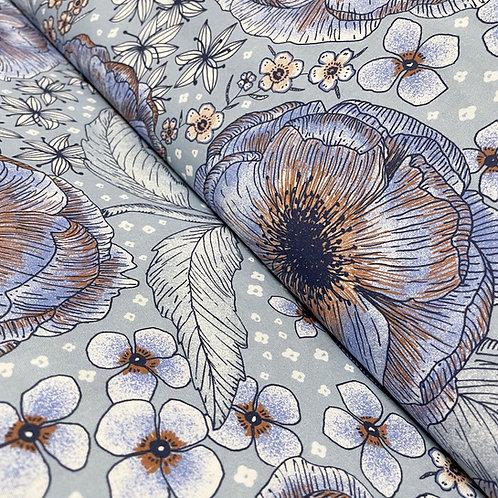 Bio-Baumwollstoff mit Blumen in blau und braun, auf der Rolle