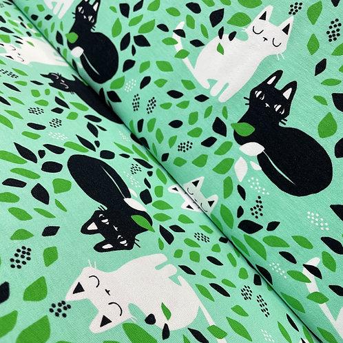 Baumwolljersey in mintgrün mit Katzen, auf der Rolle