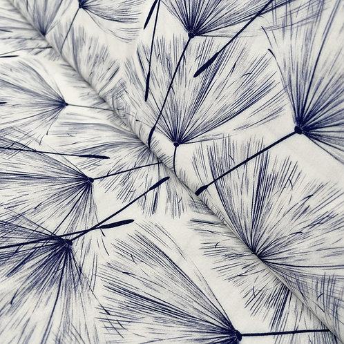 Viskose-Stoff in weiß mit dunkelblauen Pusteblumen, auf der Rolle