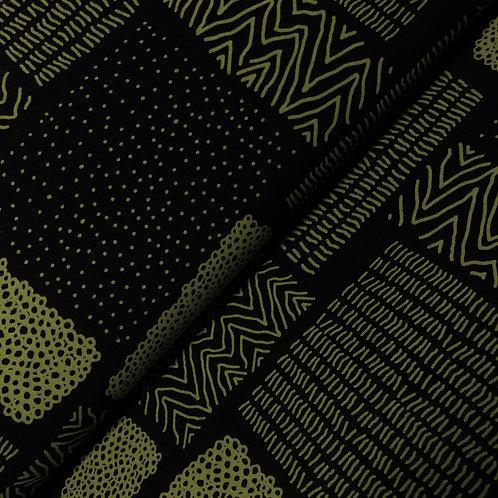 Bio-Sweatstoff schwarz mit grünem Muster, auf der Rolle