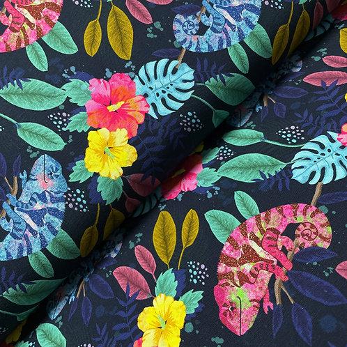 Jersey mit bunten Blumen und Chamäleons, auf dem Stoffballen