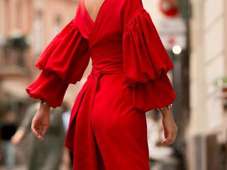 Seorang Penjahit Menggunakan Karpet Merah Untuk Membuat Jubah Cantik