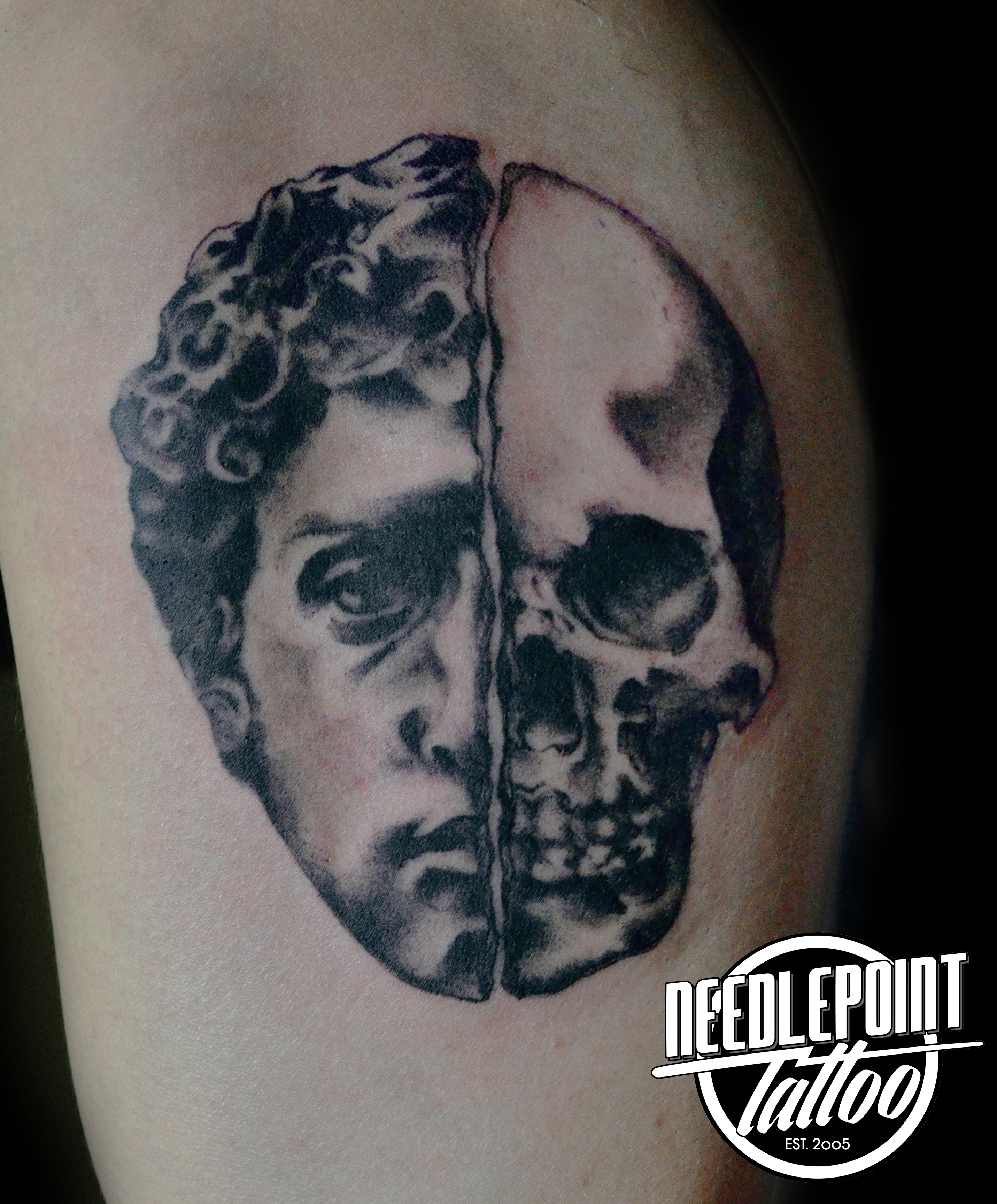 David / Skull high contrast tattoo