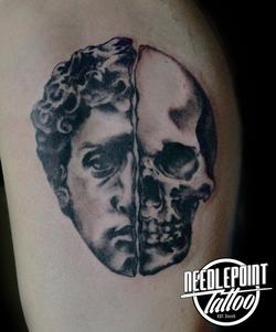 David / Skull high contrast tattoo
