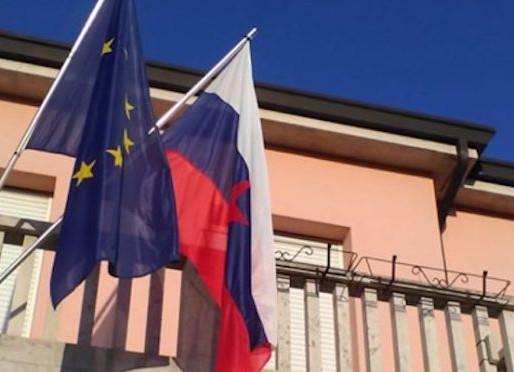 Bandiera titina sul municipio di San Dorligo della Valle