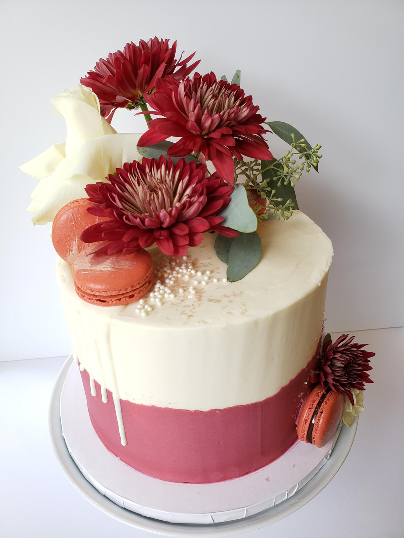 Cake with fresh flowers by Cake NV