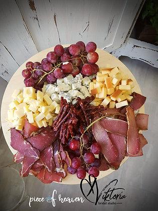 Плато със сирена, мезета и плодове