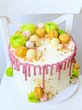 Торта с ягоди, бял шоколад и макарони