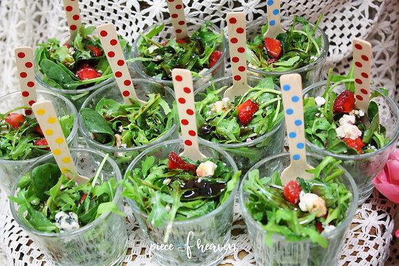 Зелена салата с чери и орехи
