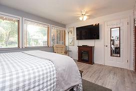 20-suite-master-bedroom.jpg