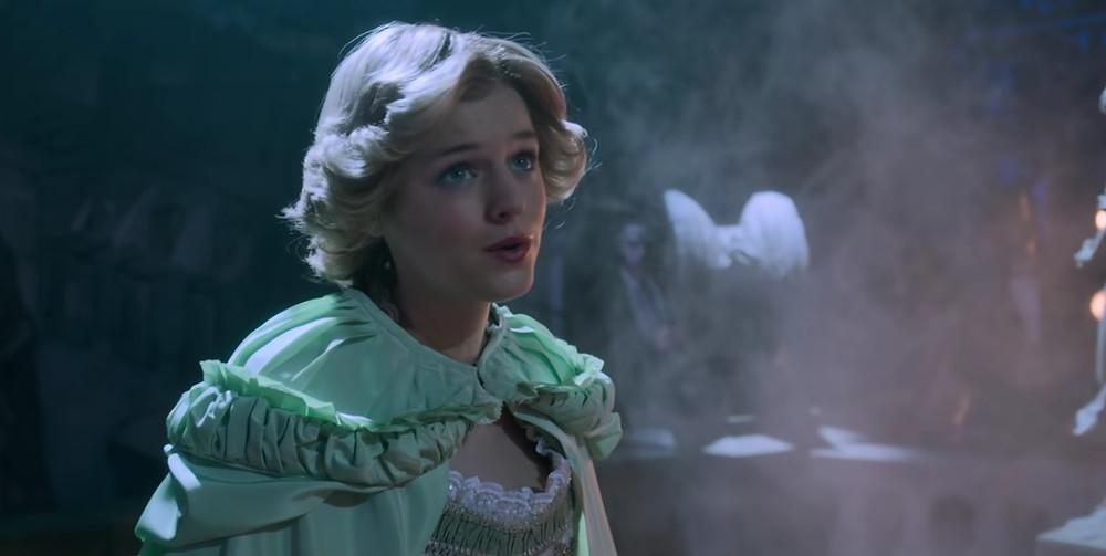 """Prenses Diana'yı canlandıran Emma Corrin başarılı performansı sayesinde bu yıl düzenlenen Altın Küre Ödülleri'nde """"Drama Dalında En İyi Kadın Oyuncu"""" ödülüne layık görülmüştü (Netflix)"""