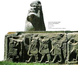 Oturan tanrıçaya doğru yürüyen erkek