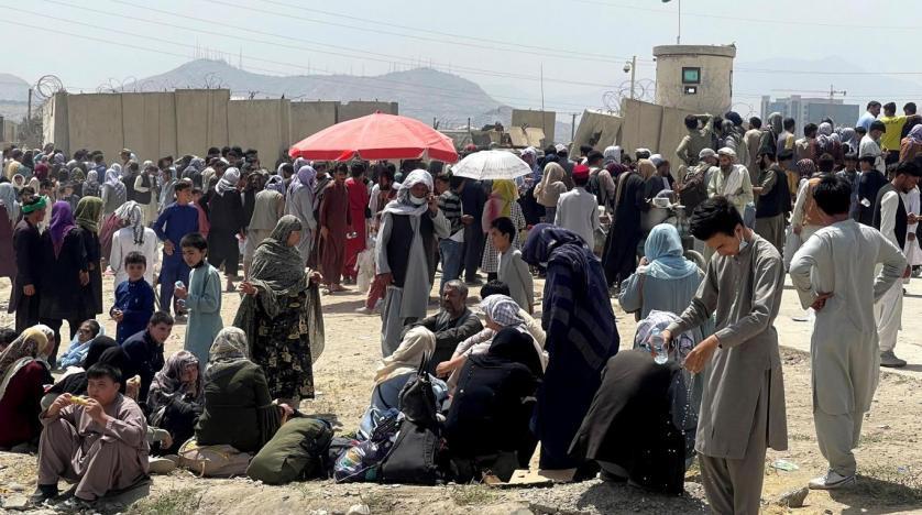 Ülkeyi terk etmek isteyenlerin Kabil Hamid Karzai Uluslararası Havalimanı'nda bekleyişi sürüyor (Reuters)