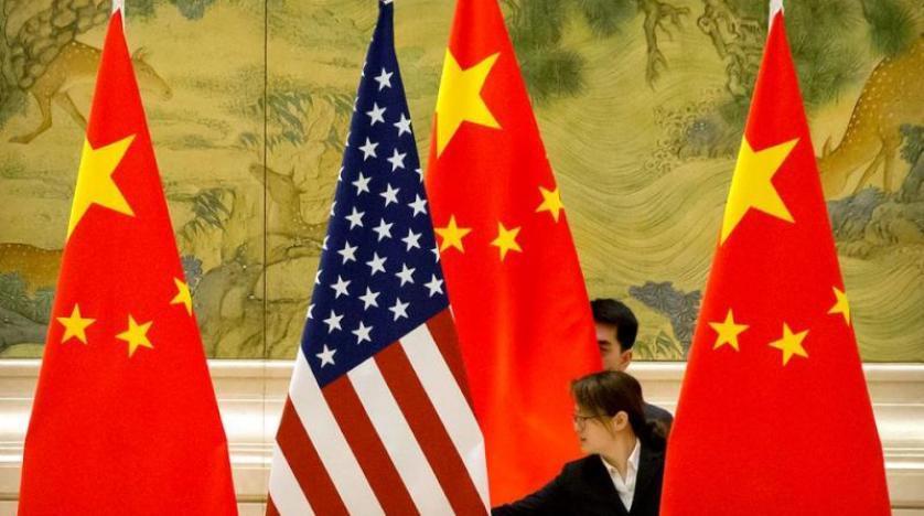 Pekin'deki görüşmelerde Çin bayrakları arasında bir Amerikan bayrağı (Arşiv-Reuters)