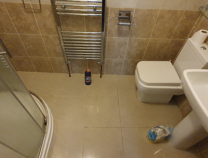 En-suite bathroom with shower cubicle
