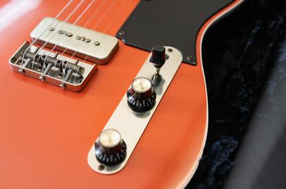 Heartbreaker P90 in Royal Orange, NOS (aged), RVT P90 Pickups, Bakelite Pickguard (nitro finish, buffed), Rosewood Fingerboard, Clay Dots, Blackface Original with Golden Silkscreen Logo.
