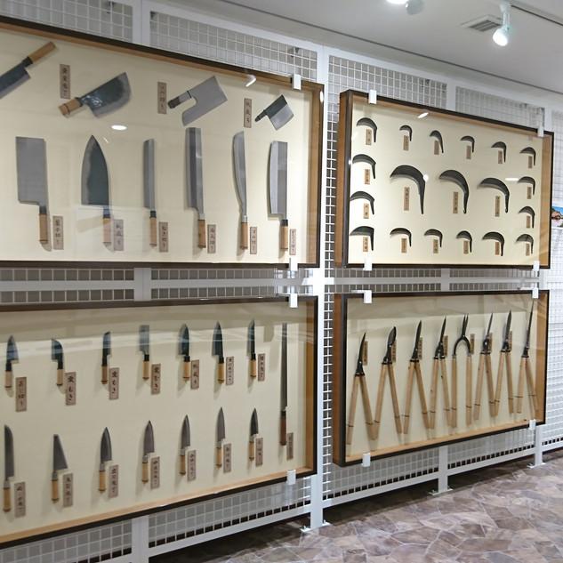 刃物会館前の刃物の里では、越前打刃物の歴史について学ぶことができる。資料の展示もある。