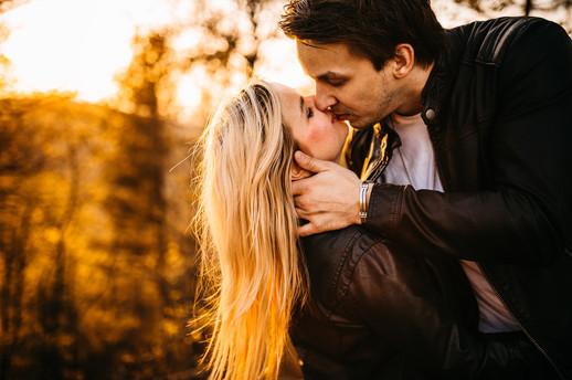 zamilovaný pár, západ slunce, žena a muž