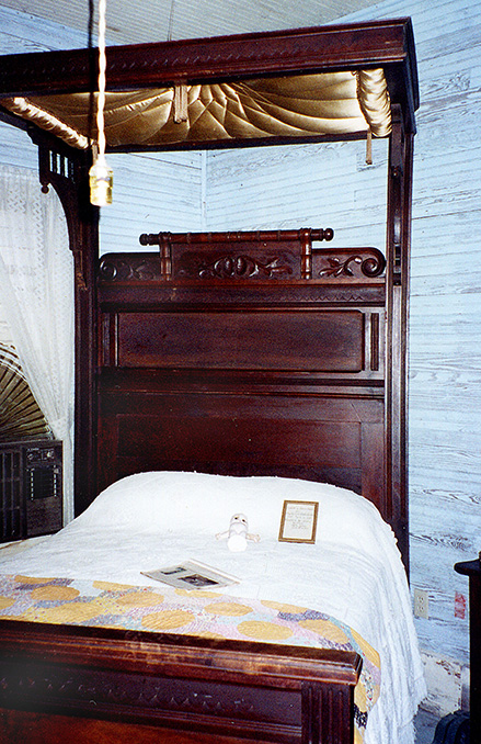 MHP-bed-room-with-with-half-tester-1