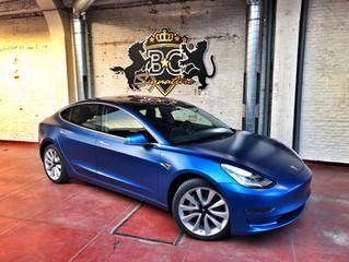Een echte eyecatcher op de weg: de Tesla Model 3 in Satin Blue