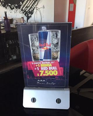 Una estación de carga en un restaurant con publicidad de REDBULL