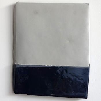 Sem  título, 2016 Tinta acrílica e resina sobre cimento. 21x25x1cm