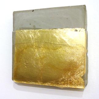 Sem  título, 2016 Folha de ouro e resina sobre cimento. 14x15x2cm