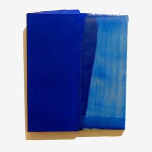 Sem título, 2016. Tinta polivinílica e encáustica sobre cimento. 19x16x2cm