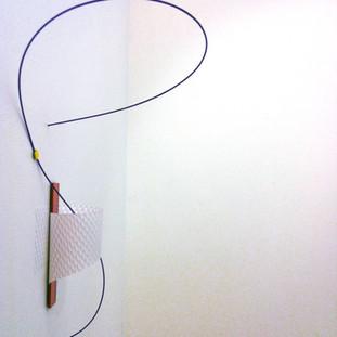 Sem título IV, 2013 acrílico espelhado, plástico, tachinha, fio de plástico sobre parede. 35x25x15cm