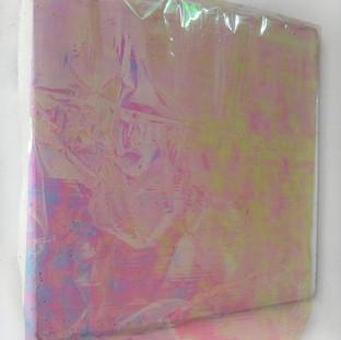 Sem título, 2017. (vista lateral)  Papel celofane nacarado incrustado em cimento. 40x35x5cm
