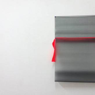 Sem título V, 2013 Fita de seda, plástico texturizado, e tachinha sobre parede.  102x60x5cm