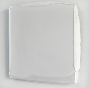 Sem título, 2017. (vista lateral) Borracha de silicone sobre pigmento em pó sobre cimento branco. 30x25x3cm