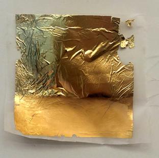 Sem título, 2016 Folha de ouro  e encáustica sobre papel vegetal e cera de abelha 15x18x5cm
