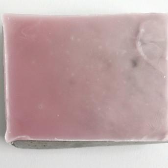 Sem título, 2017. Parafina pigmentada sobre cimento.  15x18x5cm