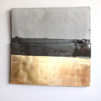 Sem título, 2016. Folha de ouro e resina sobre cimento. 50x45x3cm