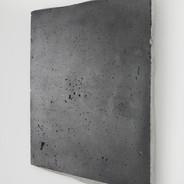 Roberta Tassinari Sem título, 2018.  Grafite em pó sobre cimento.  29x24x2cm