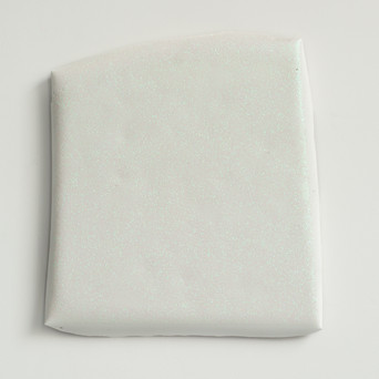Sem título, 2017. Purpurina sobre cimento branco. 30x25x2cm