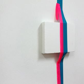 Sem título, 2015 Foam, fita adesiva, tachinha e fita de plástico sobre parede. 40x30x5 cm