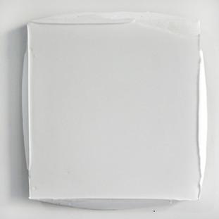 Sem título, 2017.  Borracha de silicone sobre pigmento em pó sobre cimento branco. 30x25x3cm
